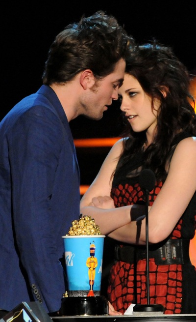 robert pattinson and kristen stewart smoking together. Kristen Stewart and Robert