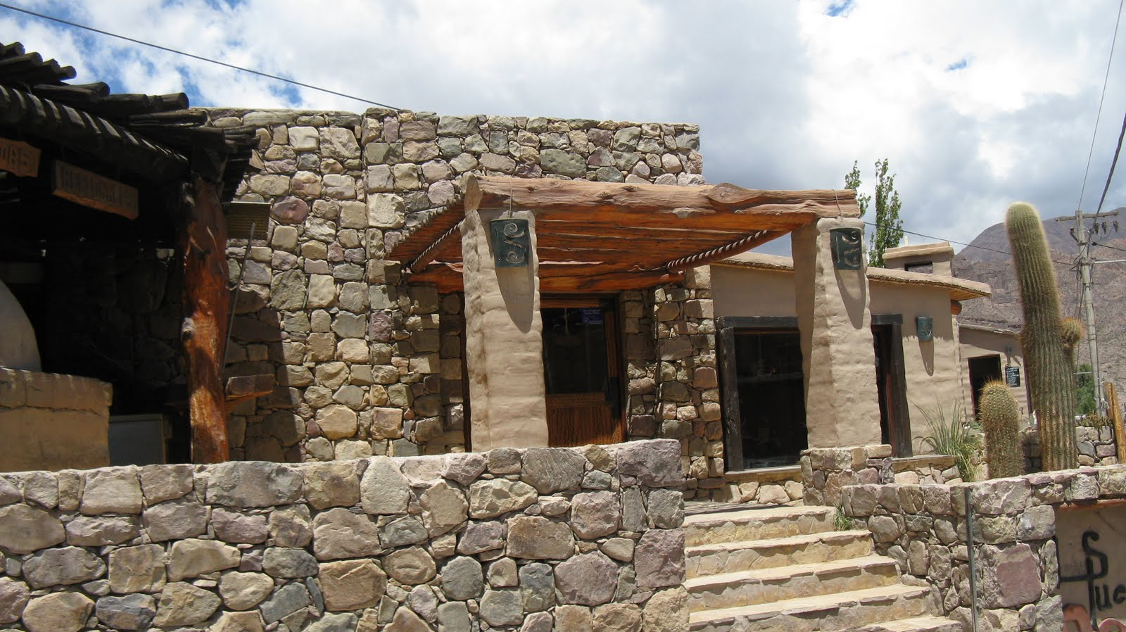 Grupo redecorate casas del norte argentino piedra for Casas de piedra y madera