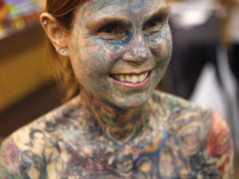 foto tatuaje cuerpo dama. Guinness reconoce a la mujer con más tatuajes>> La fémina tiene el 95 por