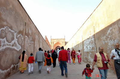 Tourists walking from the outside gate to the inner gate of the Agra Fort