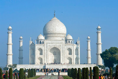 A large number of tourists in front of the Taj Mahal in Agra