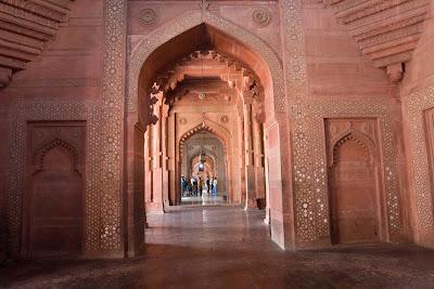 A long beautiful corridor inside Fatehpur Sikri