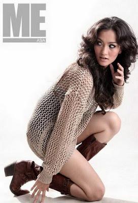 Atiqah Hasiholan sexy legs