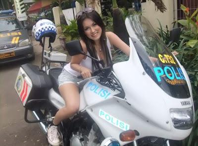 Miyabi naik sepeda motor