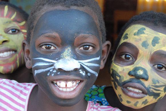 HISTORIAS DE CHEZI: Pintando las caras a los niños del pueblo