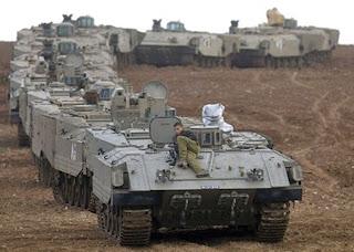 Tanques israelenses perfilados na fronteira da Faixa de Gaza [foto: AFP/G1]
