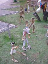 em frente a quiosque de indios pataxós