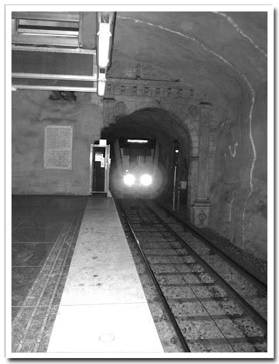 Tunnelbanetåg på ingång