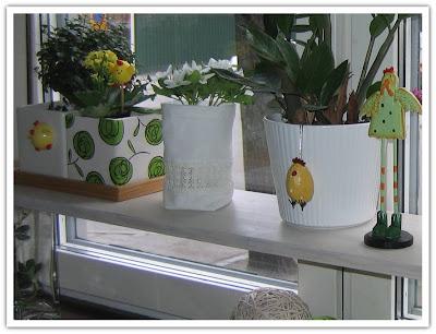 Påskpynt i köksfönstret