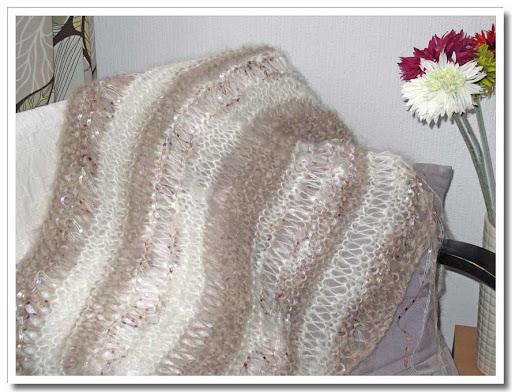 Stora maskor på beige/vit-randig sjal