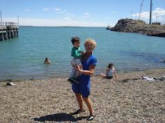 Marta y Tomás en la playa de Puerto Deseado