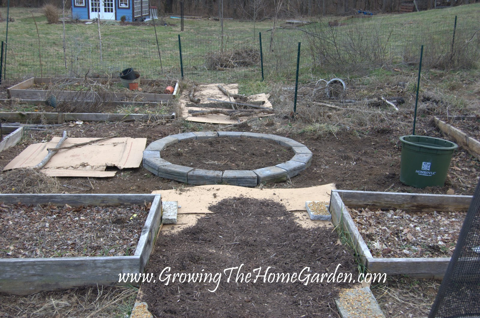 The circular raised bed growing the home garden for Circular raised garden bed ideas