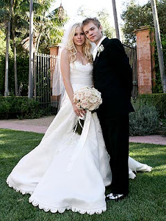 Life after i dew famous weddings ashlee simpson looks absolutely adorable in this pic her wedding to pete wentz was very rockergoth but i thought it seemed perfect for the couple junglespirit Gallery