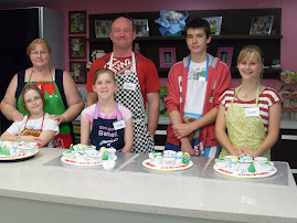 Laurel won a prize  to attend a baking Christmas cupcake class.