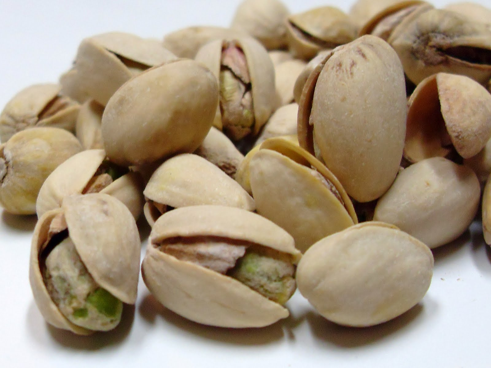 how to eat pistachios with one hand