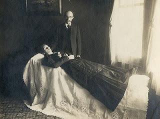 http://3.bp.blogspot.com/_P9f575X6hNk/THQ0h9cxE_I/AAAAAAAABU8/ICghVIgY7gc/s1600/victorian-post-mortem-photography-06.jpg
