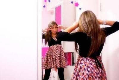 Loira gostosa tirando umas fotos em frente ao espelho