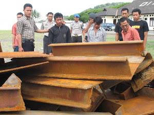 TIGA NELAYAN JARAH BESI KAPAL TONGKANG DITANGKAP POLAIR POLDA BANTEN (11/12/07).