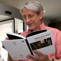 Basilio Martín Patino, ojeando el libro `Espejos en la niebla´, publicado por el Festival de Huesca´09
