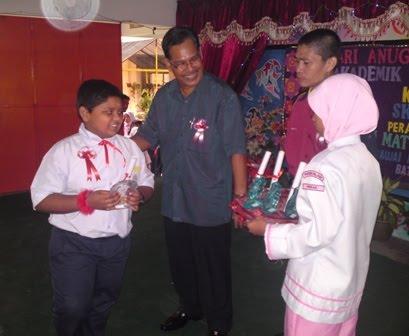 En Mohd Adnan Menyampaikan Hadiah Kepada Pelajar