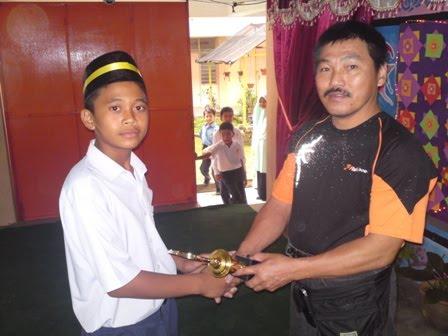 En Amir Tan Menyampaikan Hadiah