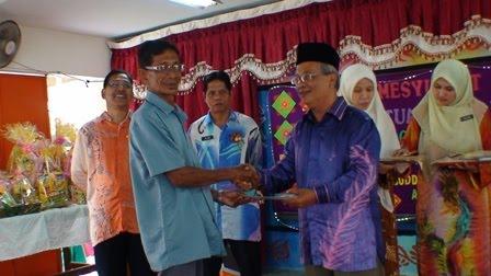 Penyampaian cenderahati kepada En Samsuddin