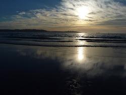 El mismo mar calmo y desierto del amanecer