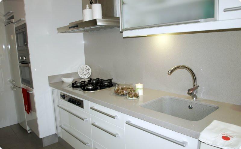 Cocina blanca encimeras de color diferente al gris - Cocina blanca con encimera blanca ...