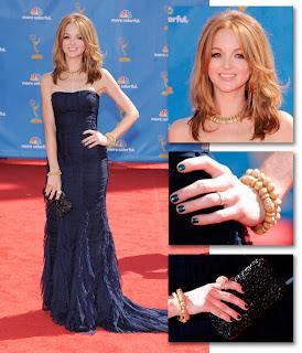 Jayma Mays de Glee chegou usando um vestido azul Burberry e sapatos Jimmy Choo Emmy Awards 2010!