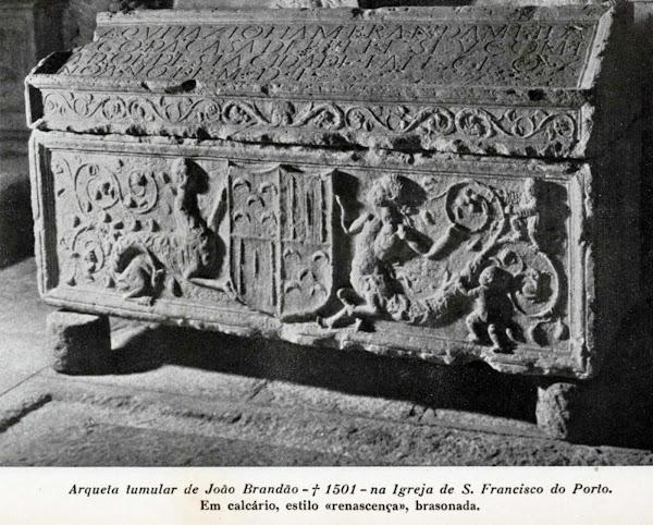 Túmulo datado de 1501 com as armas dos Pinto (invertidas) e Brandão