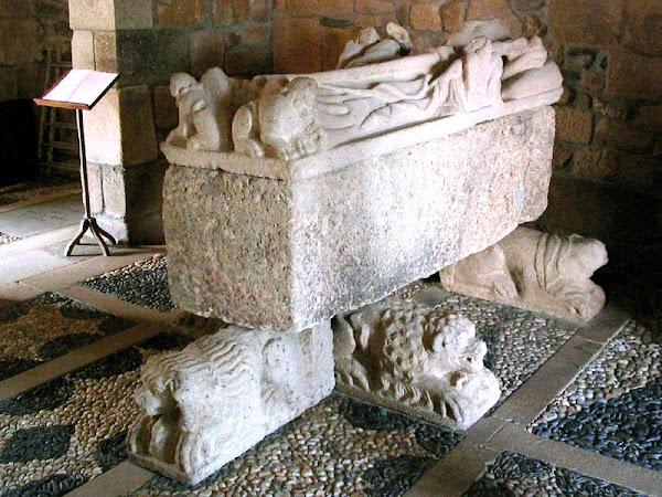 Túmulo do Bispo D. Afonso Pires Pinto, instituidor do morgado de Balsemão em 1315