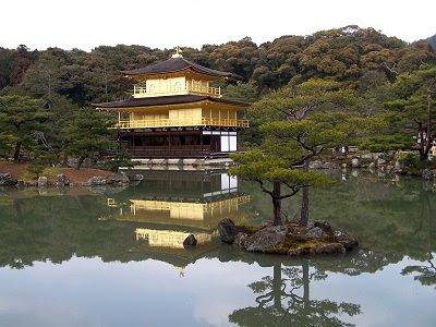 Der Goldene Pavillon Kinkaku-ji in Kyoto, umgeben von einem idyllischen See