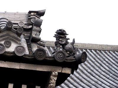Detail eines liebevoll gestalteten Daches