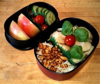 Bento mit Apfel, Tomate, Gurke, Reis mit Erdnuss-Curry-Furikake, Pelmeni, Mini-Tomate und Basilikumblättern