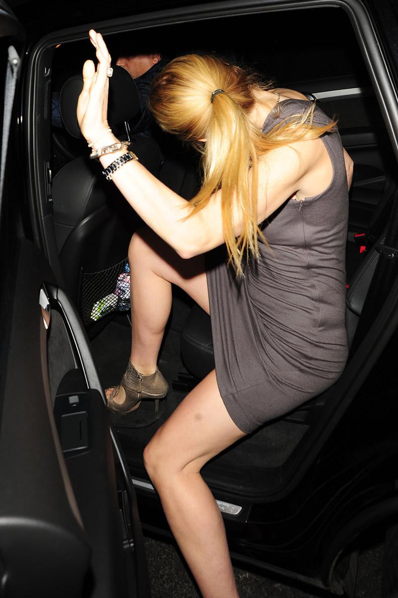 Gwyneth Paltrow In Tight Dress Flashing The Beige Panty