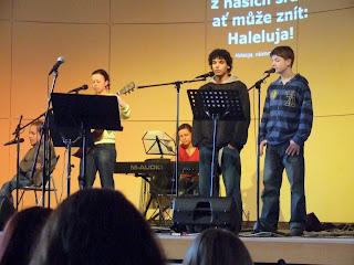 Dan Pecka si zazpíval s chválicí skupinkou :)
