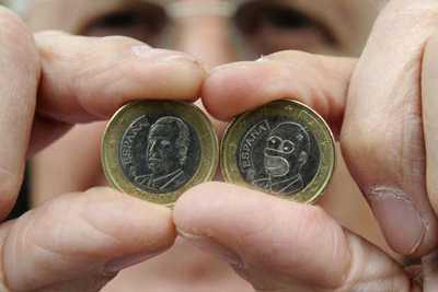 Справа монета с Гомером Симпсоном