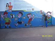 Olha a Naty brincando com o grafite na escola