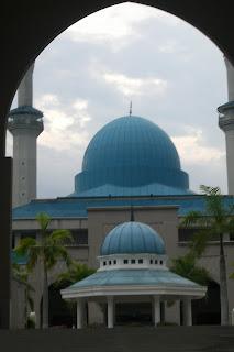 http://3.bp.blogspot.com/_PyBjG0KepN4/SQ_ZnVqoQlI/AAAAAAAAACY/vLdazgcygJ8/s320/Masjid+IIUM+KL.JPG