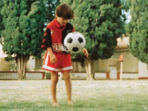 messi de niño jugando a la pelota