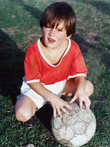 messi de niño con un balón