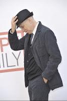 uomo con mano sul cappello