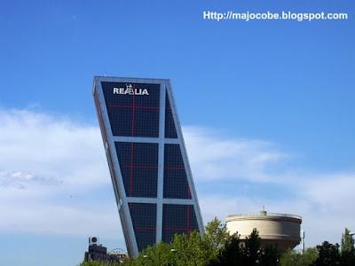 En el tren de la vida puerta de europa torres kio madrid - Torres kio arquitecto ...