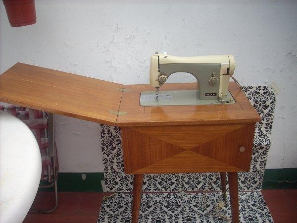 Cositas vintage muebles reciclados antiguo mueble con - Maquinas de coser con mueble ...