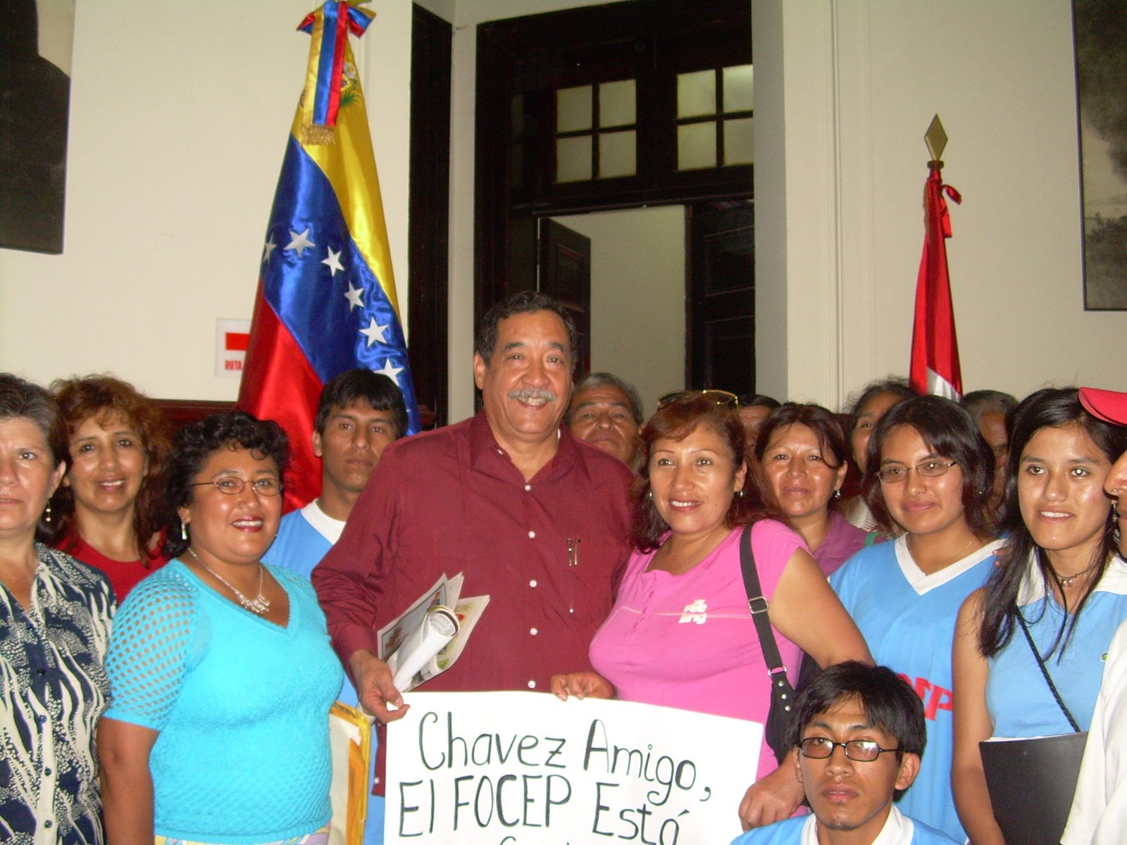 EL EMBAJADOR SR. ARMANDO JOSÈ LAGUNA LAGUNA RECIBIENDO LA SOLIDARIDAD DEL PUEBLO PERUANO