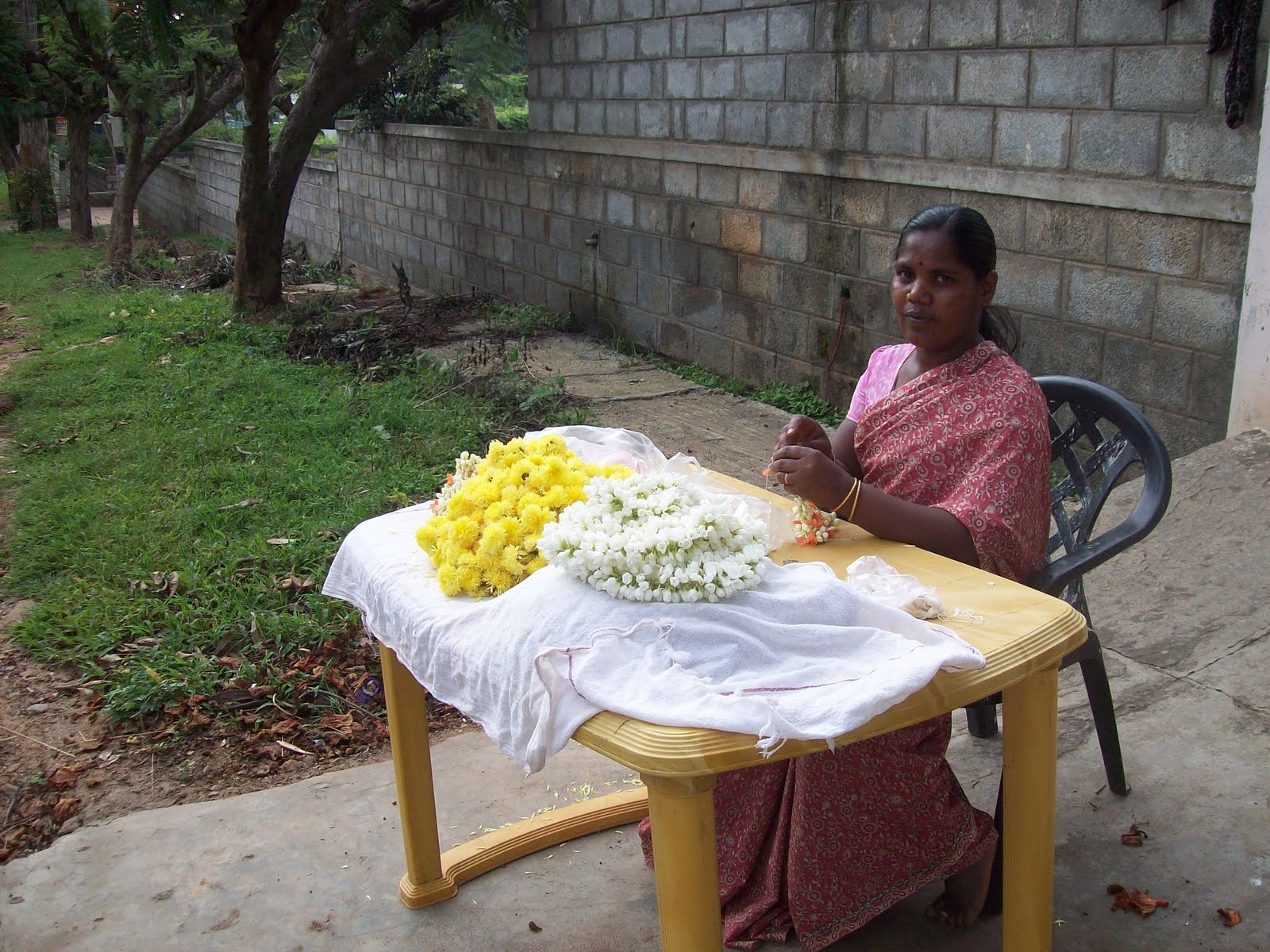 Gardentropics thats my life flower sellers flower girls like this woman are a common sight on the roadside of south indian cities she makes strings of jasmine for the women to wear in their hair izmirmasajfo
