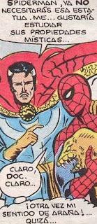 Spiderman y Doctor Extraño a vueltas con una estatua