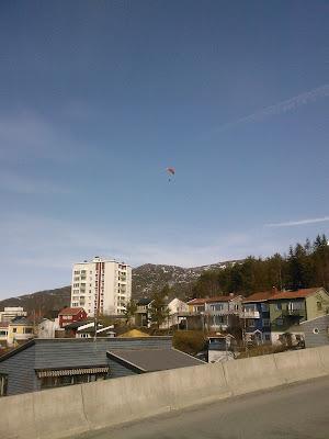 پرواز یک چترباز بر فراز نارویک گرم. امروز هوا اینجا به حد خفه کننده ای گرم شده بود. تقریباً 10 درجه سانتیگراد