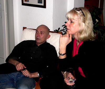 Helena escucha atentamente mientras Victor se cohibe y piensa, que arañen a otro.