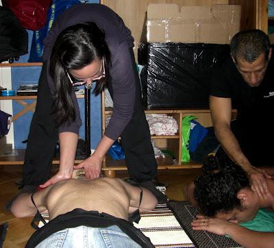 Mientras Silvita busca las contracturas, Miguel masajea el cuello.